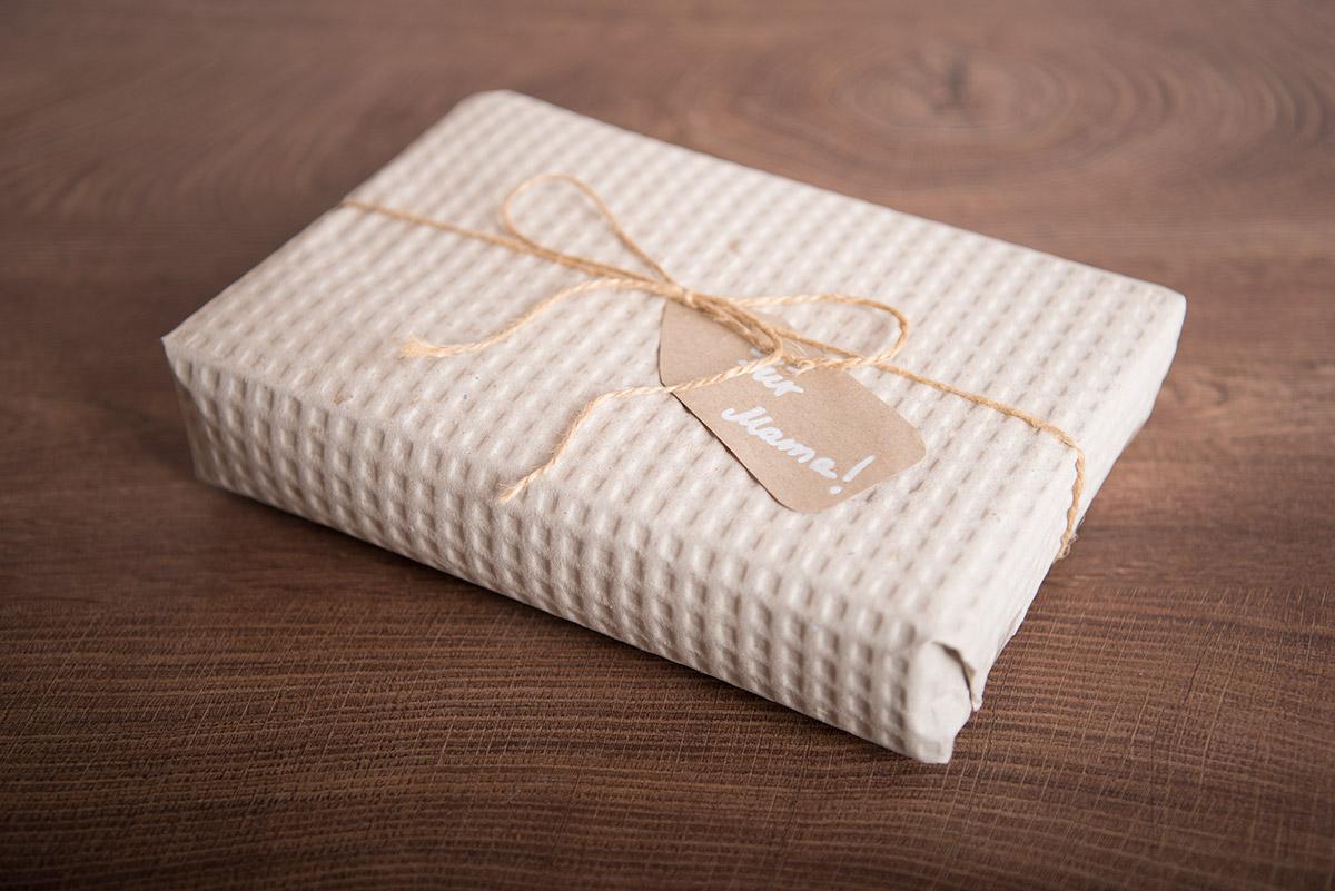 Ražený balicí papír použitý pro dekorativní balení